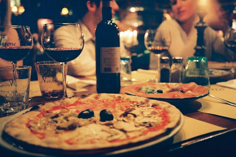 Ένα καλό κρασί κι ένα νόστιμο φαγητό αρκούν για να νιώθεις ευτυχής