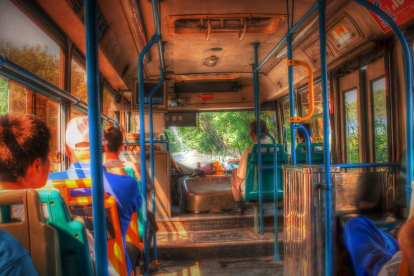 Μας αρέσει να κρυφακούμε ιστορίες σε λεωφορεία και μετρό