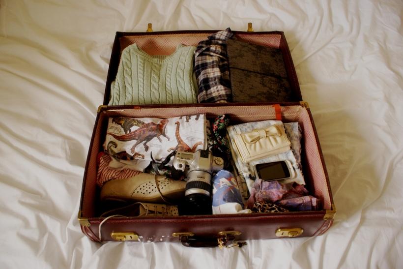 Στρίμωξε τα όνειρά σου σε βαλίτσα και μην κοιτάξεις πίσω