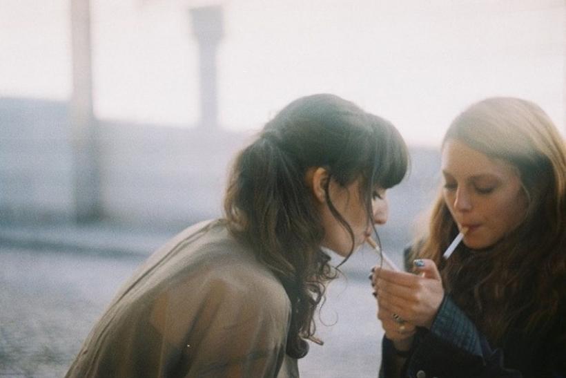 ραντεβού κορίτσι που καπνίζει