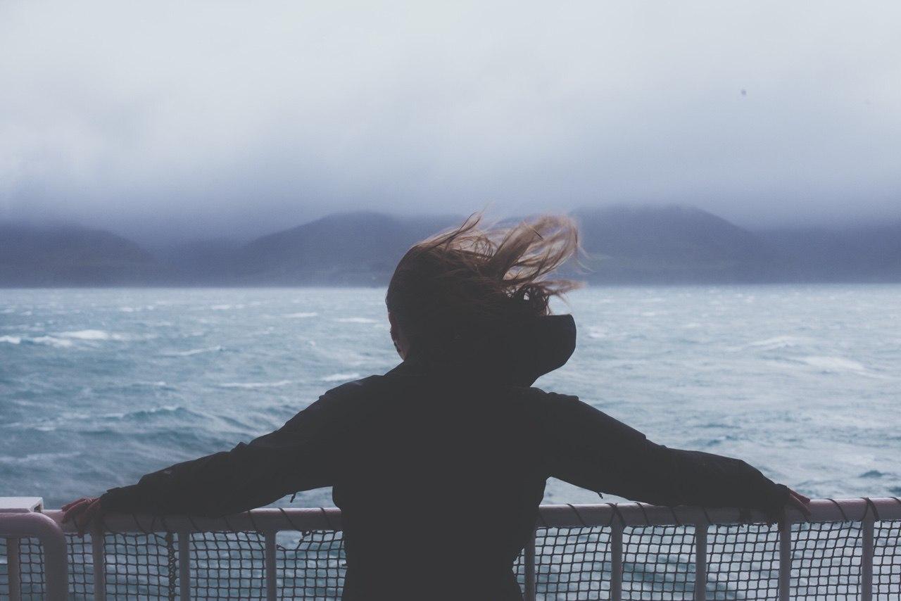 Αποτέλεσμα εικόνας για Όλα λύνονται με μια βόλτα στη θάλασσα, ένα στίχο κι ένα «άντε γαμήσου»