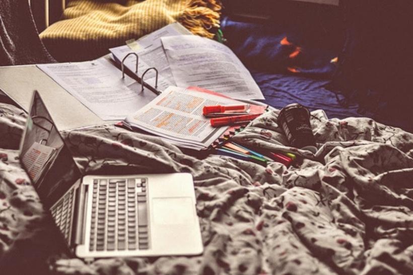 Πρώτα ανεβάζεις φωτογραφίες με βιβλία, μετά ξεκινάς το διάβασμα