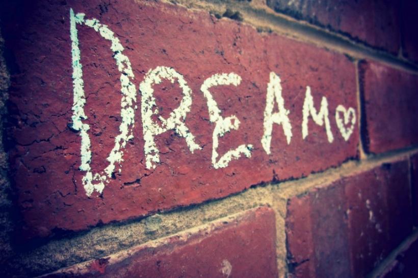 Τι σημαίνει όταν ονειρεύεσαι κάποιον που δεν βγαίνεις μαζί του