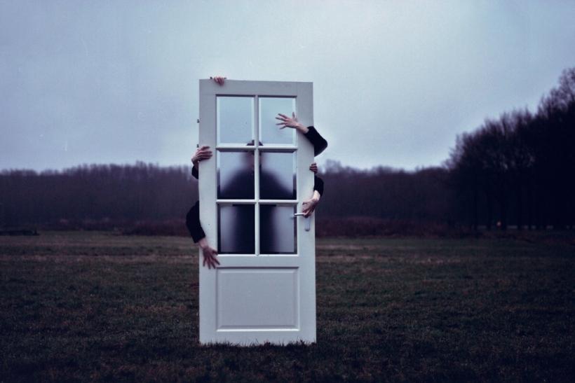 Αποτέλεσμα εικόνας για Πίσω από τις κλειστές πόρτες των σπιτιών κρύβεται η αλήθεια της ζωής μας.