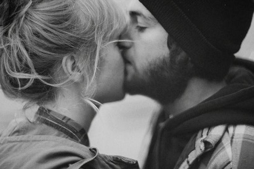 Ειρωνεία να φιλιούνται στο μάγουλο άτομα που φιλήθηκαν στο στόμα