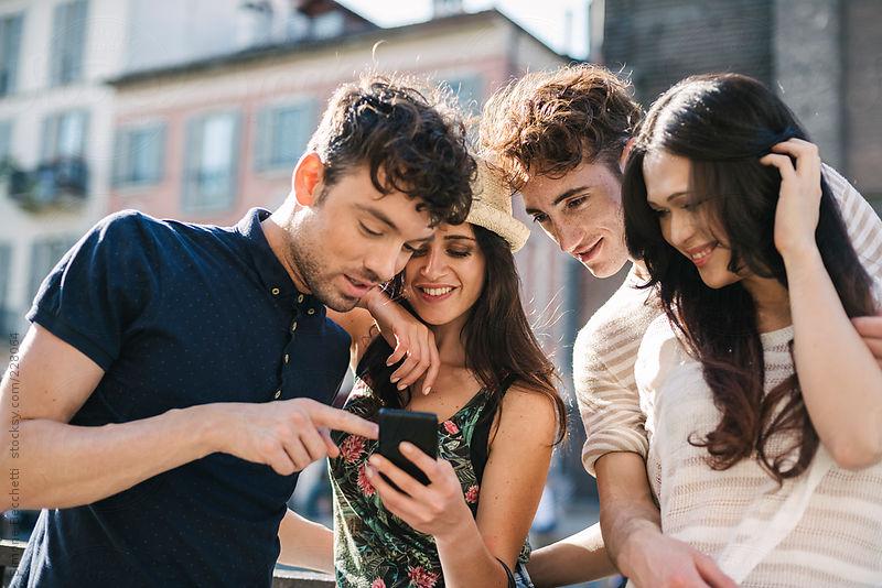 Οι φίλοι που είναι κολλημένοι με το κινητό τους