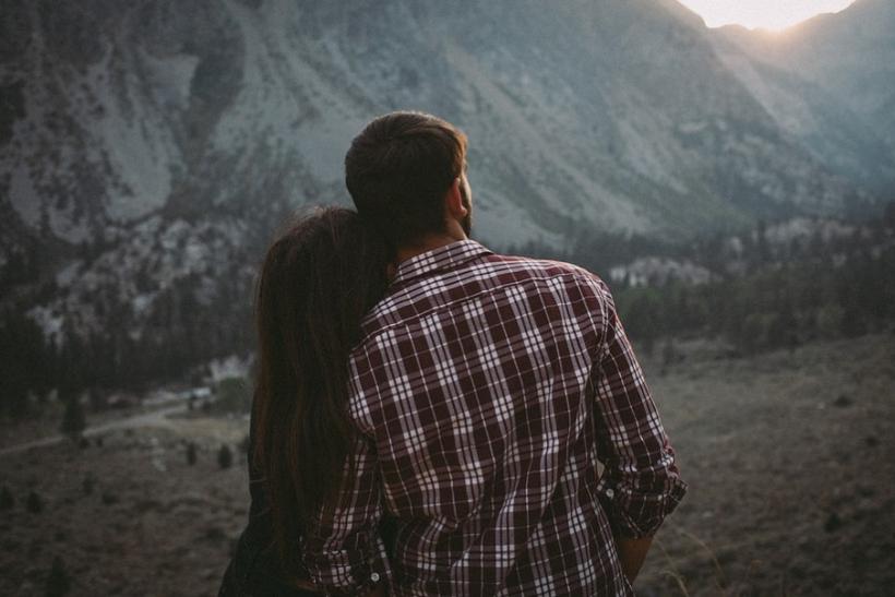 βγαίνω με κάποιον που βγήκε από μια μακροχρόνια σχέση.