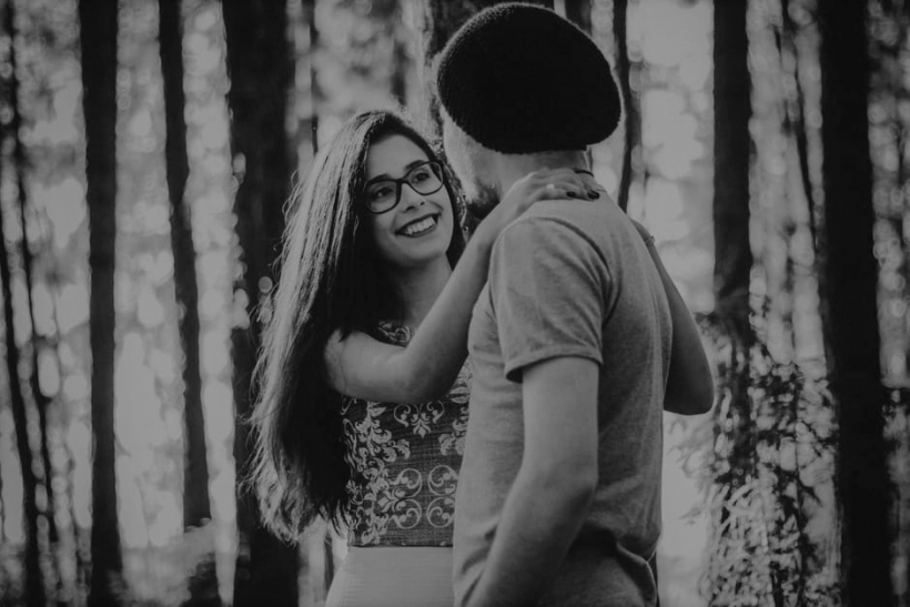 Ευτυχία θα είναι η αγκαλιά μου σχηματισμένη στο κορμί σου