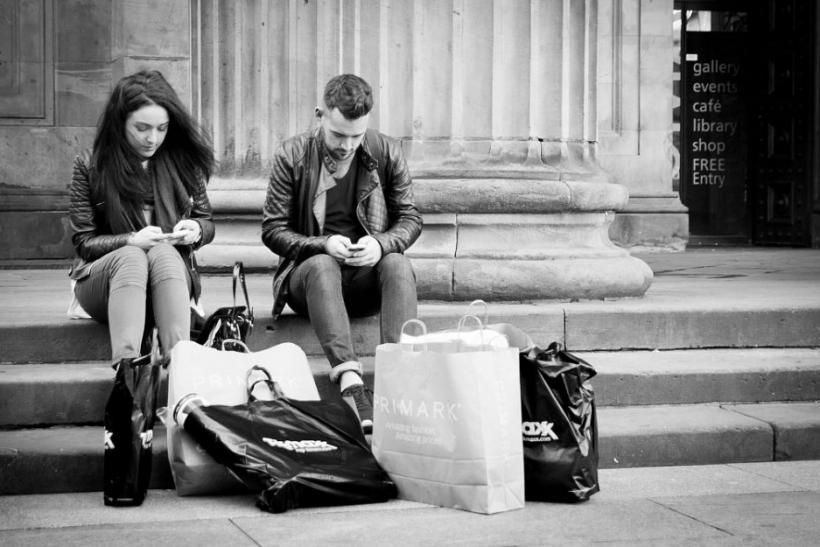 Κολλημένοι με το κινητό ή κρύβουν κάτι, δε θα το μάθουμε ποτέ
