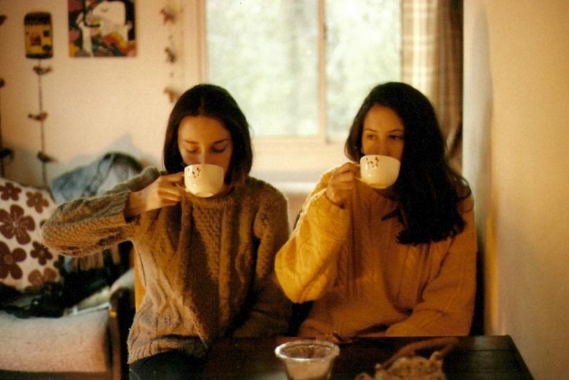 Τους φίλους τους δένουν τα εσωτερικά αστεία, τα μεθύσια και τα sleepovers