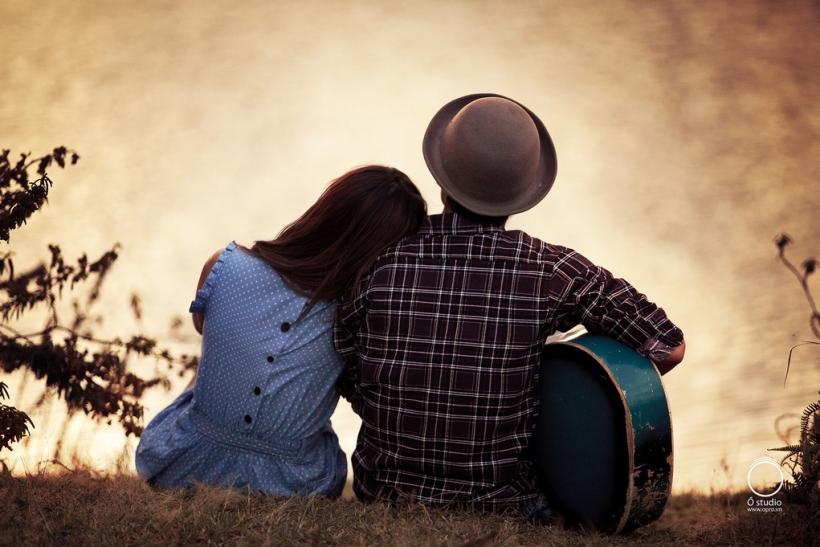 Ερωτεύεσαι αμέσως κάποιον που παίζει κιθάρα και τραγουδάει μπροστά σου