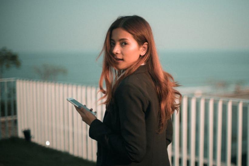 Από τότε που βγήκαν τα κινητά αρχίσαμε να φοβόμαστε τις σχέσεις