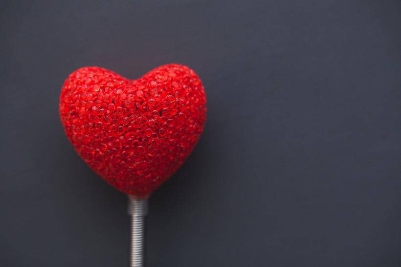 Εμάς τους ρομαντικούς να μας αγαπάτε λίγο παραπάνω