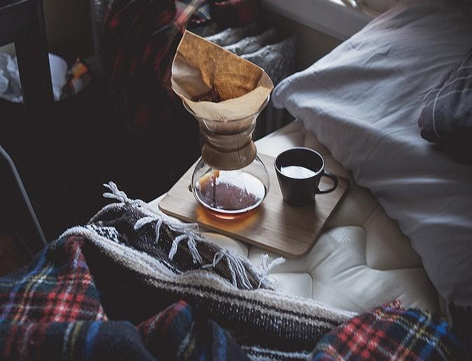 Μέρες μοναξιάς με έναν καφέ κι ένα κοντρόλ στο χέρι
