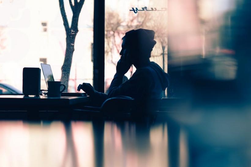 Πόσα συναισθήματα κρύψαμε πίσω από λέξεις κι οθόνες;