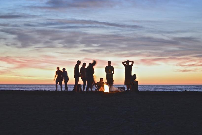 Παραλία, φωτιά, κιθάρα και sleeping bags