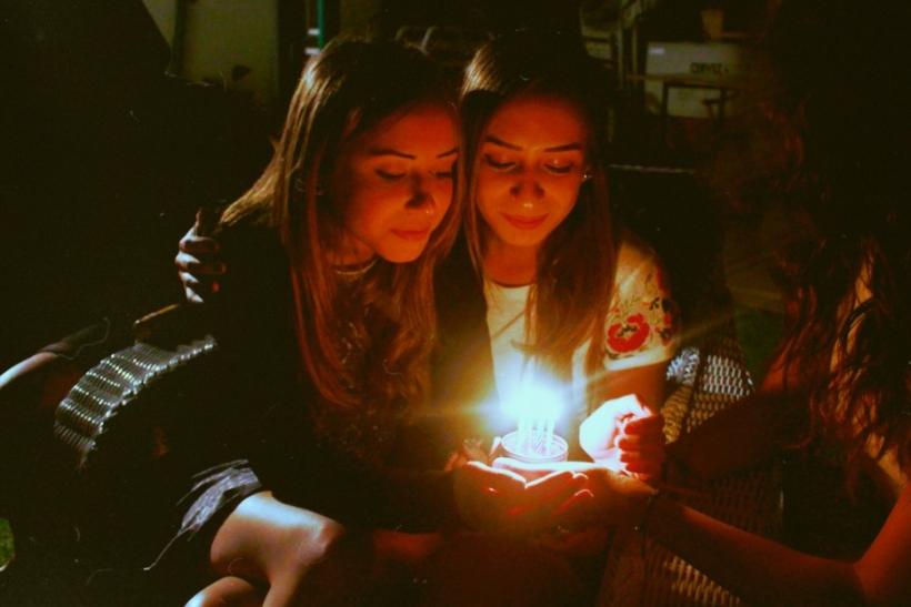 Οι φίλοι χαίρονται περισσότερο κι από μας για τα γενέθλιά μας