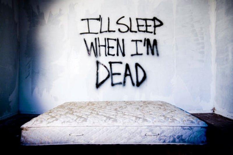 Κοιμόμαστε ελάχιστα για να μη χάνουμε στιγμή