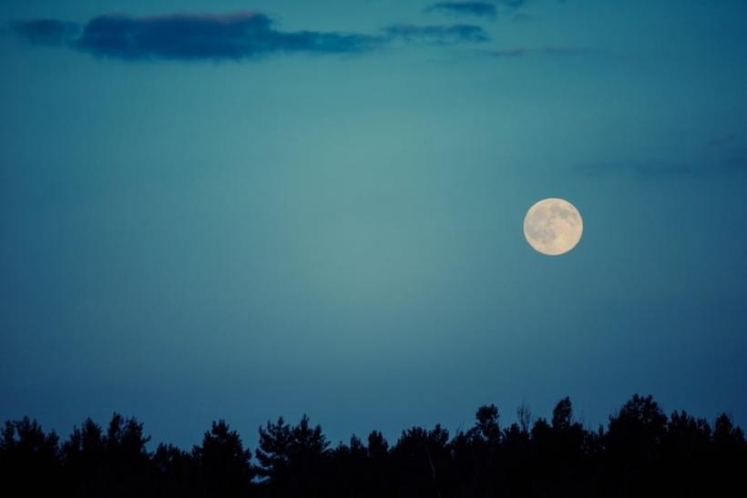 Κάποια φεγγάρια αδικούνται αν δεν έχεις κάπου να τα αφιερώσεις