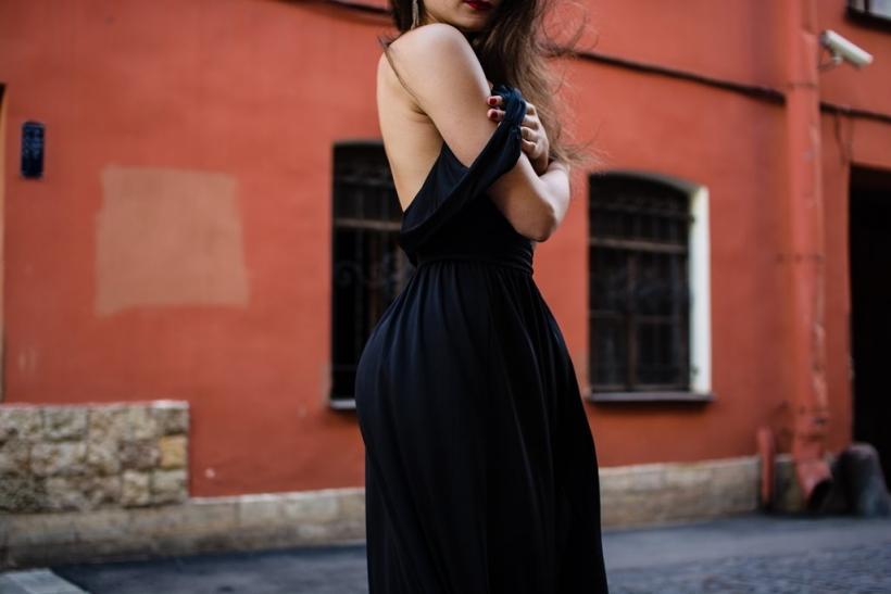 Οι γυναίκες που ντύνονται στα μαύρα είναι ένας γρίφος