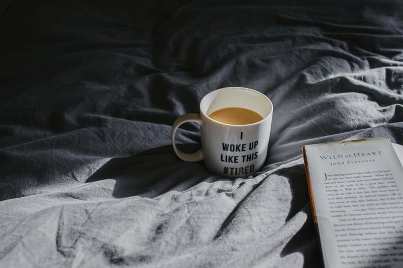 Οι σκοτεινές μας μέρες είναι γεμάτες καφέ και βιβλία