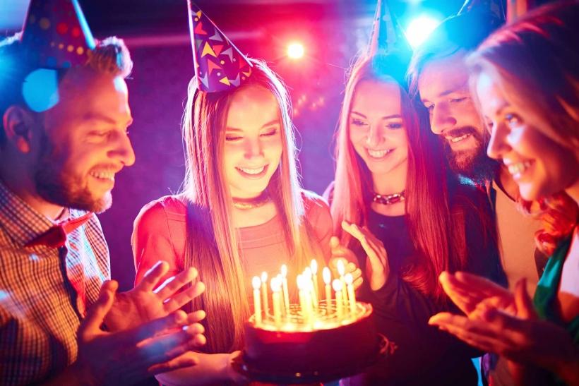Τα γενέθλια των φίλων μας τα γιορτάζουμε όπως θέλουν εκείνοι