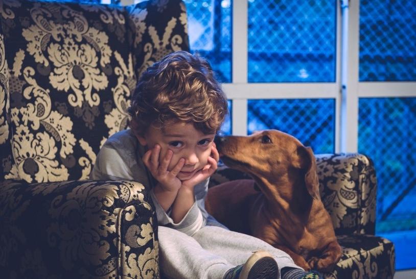 Τα παιδιά μεγαλώνουν υπέροχα μαζί με έναν σκύλο