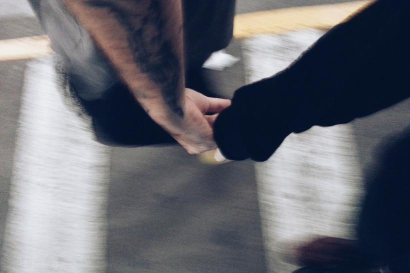 Όσο περπατάτε χέρι-χέρι να μη φοβάσαι τίποτα