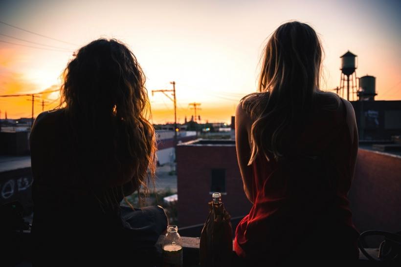 Οι ομορφότερες βραδιές είναι με φίλους στα μπαλκόνια