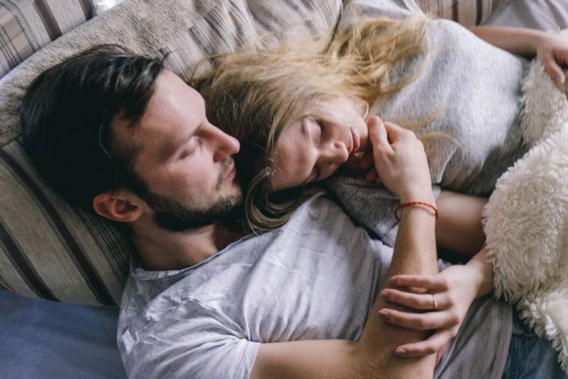 Ύπνος αγκαλιά ή ο καθένας στην πλευρά του;