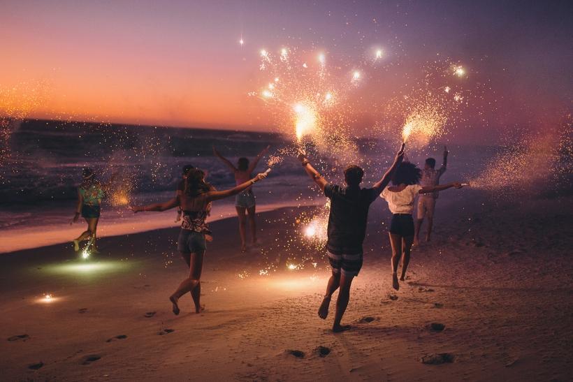 Τα καλύτερα πάρτι και φλερτ γίνονται σε παραλία