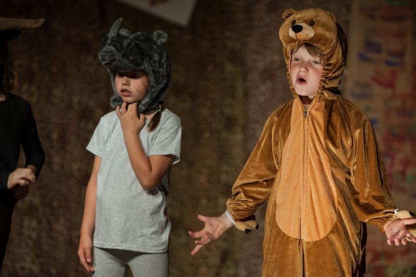 Τα παιδιά μαθαίνουν και διασκεδάζουν με το θεατρικό παιχνίδι