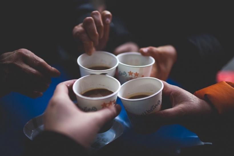 Το να πιεις με κάποιον έναν καφέ δε σας κάνει φίλους