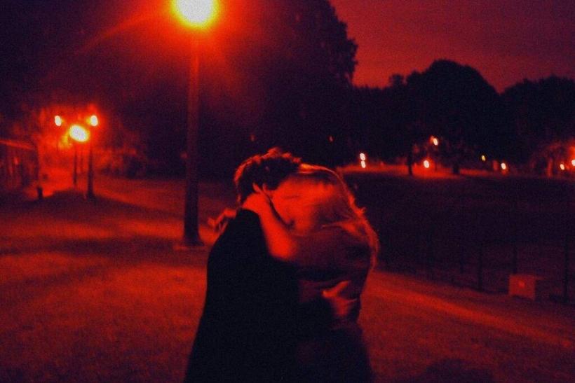 Νύχτα γεννιούνται οι έρωτες