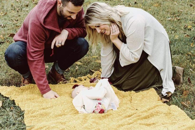 Ένα μωρό δένει τα ήδη αγαπημένα ζευγάρια