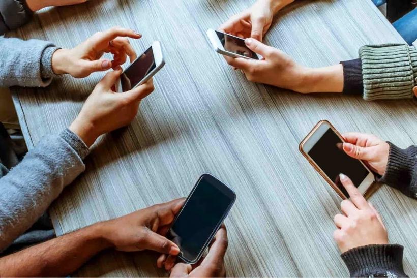 Δεν ξεκολλάμε από το κινητό μας