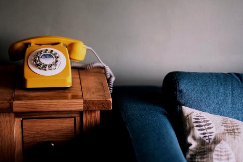 Αρνούμαι να περιμένω πάνω από ένα τηλέφωνο