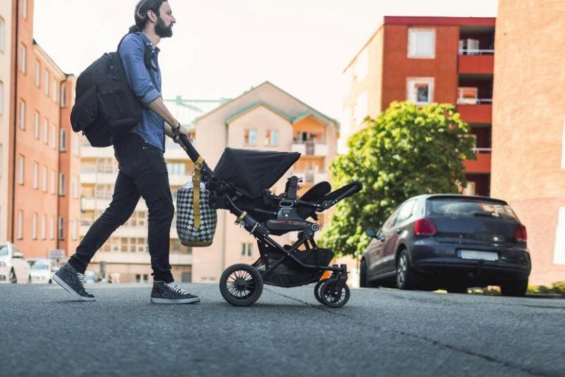 Οι νέοι μπαμπάδες βολτάρουν με τα μωράκια τους