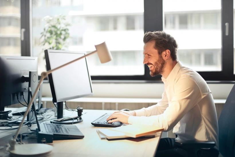 Μπορείς να κάνεις παρέα με το αφεντικό σου χωρίς να ευνοείσαι;
