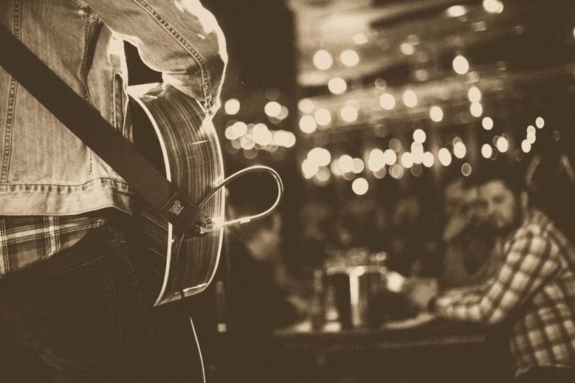 Κρασί, μουσική, παρέα και το φλερτ γίνεται εύκολη υπόθεση