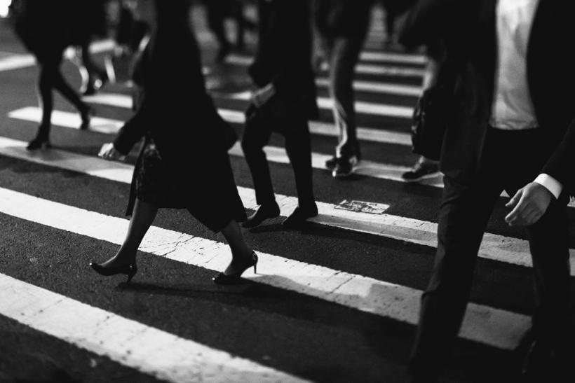 Κάθε φορά που στεκόμαστε ανάμεσα σ' αγνώστους αισθανόμαστε άβολα