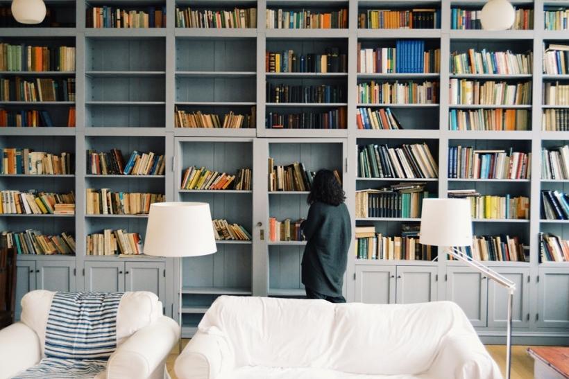Σαλόνια κάτι ανάμεσα σε δισκοπωλεία και βιβλιοθήκες