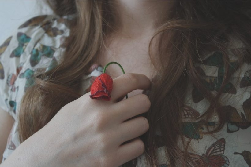 Αφήνουμε το τριαντάφυλλο να μαραθεί εστιάζοντας στα αγκάθια