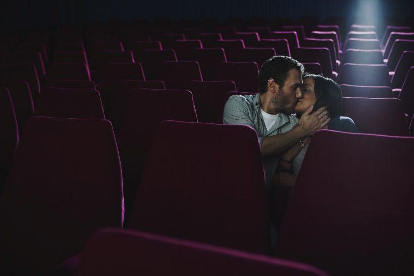 Η ατμόσφαιρα του σινεμά προκαλεί σενάρια ακατάλληλα για ανηλίκους