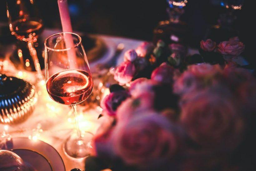 Jazz, αναμμένα κεριά και ποτήρια για δύο