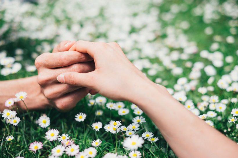 Τα χέρια μας φτιάχτηκαν για να συναντιούνται
