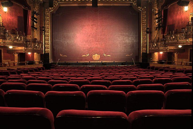 Ένα θέατρο πού και πού το χρειαζόμαστε