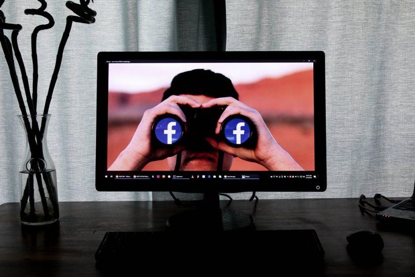Οι συγγενείς που ψαχουλεύουν τη ζωή μας στο facebook