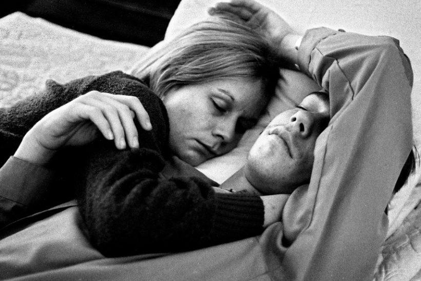 Κανείς δεν απολαμβάνει ύπνο –στριμωγμένος– σε μια αγκαλιά