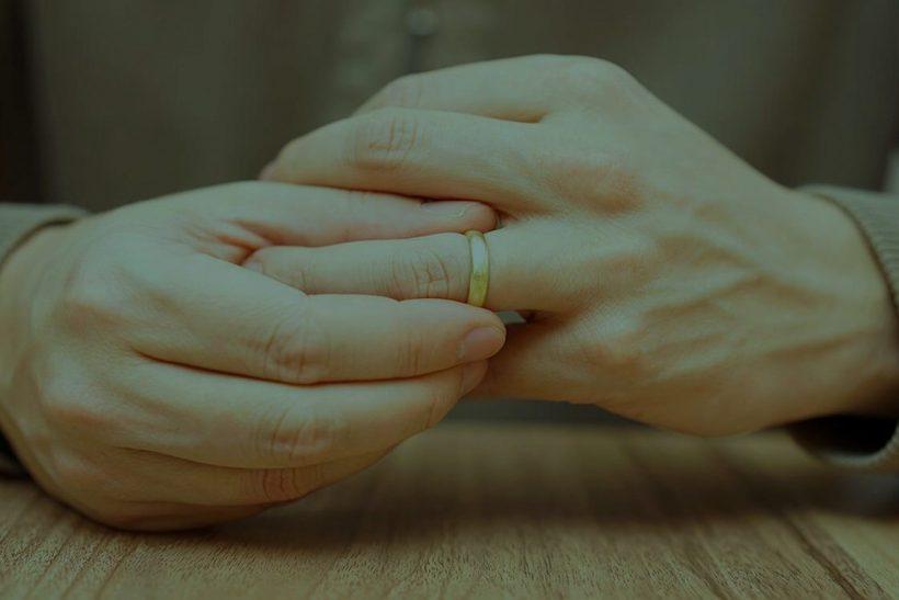 Μήπως ξεχνάτε να πείτε πως είστε παντρεμένοι πριν φλερτάρετε;